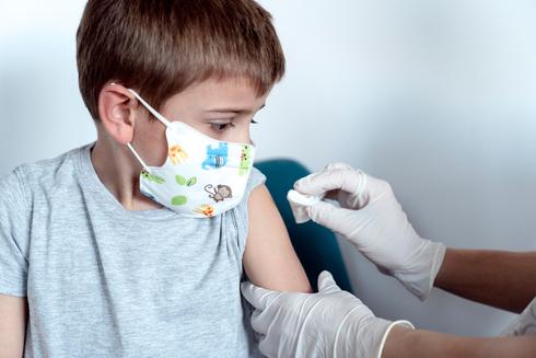 Un niño recibe la vacuna de Pfizer, durante los ensayos clínicos previos.