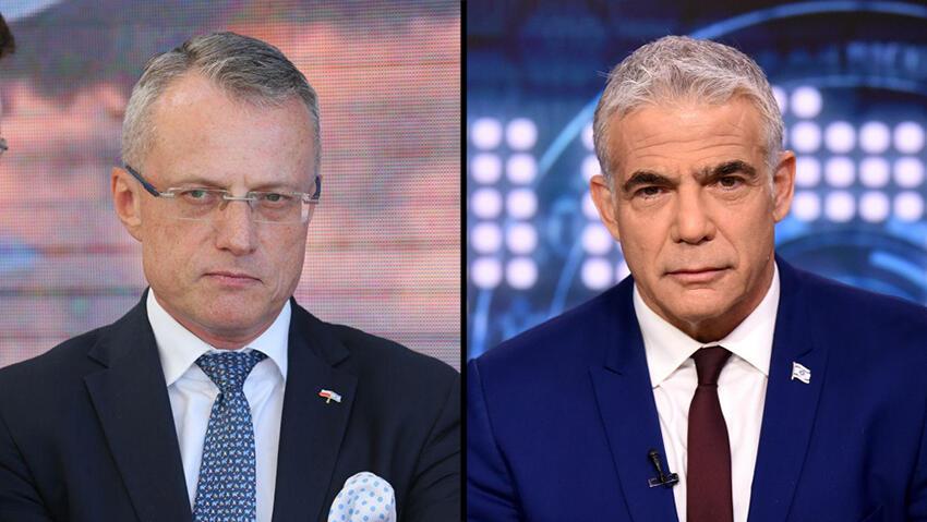 Marek Magierowski, embajador de Polonia en Israel (izq.) y Yair Lapid, ministro de Relaciones Exteriores de Israel.