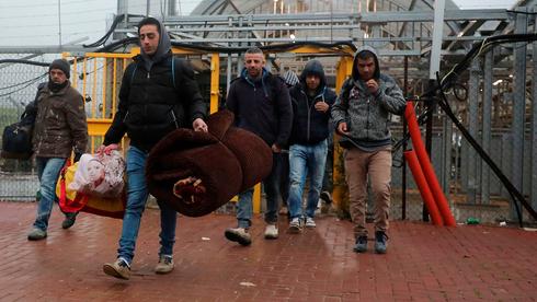 Trabajadores palestinos ingresan a Israel a través de un puesto de control en la ciudad de Hebrón, Cisjordania.