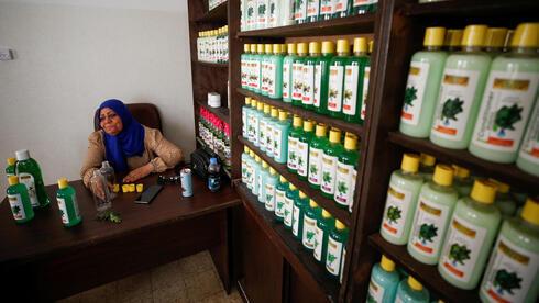 Refqa Al-Hamalawi, presidenta de la junta del Foro de Desarrollo Najd, en su oficina en Gaza.
