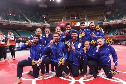 El equipo de judo de Israel muestra sus medallas de bronce.
