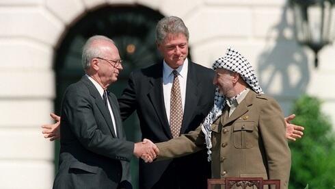 Yitzhak Rabin, Bill Clinton y Yasser Arafat durante la firma de los acuerdos de Oslo en 1993.