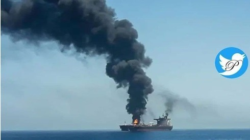 Una columna de humo asciende desde el buque atacado supuestamente por Irán frente a la costa de Omán.