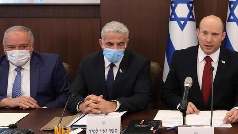 Avigdor Liberman, ministro de Finanzas; Yair Lapid, ministro de Relaciones Exteriores, y Naftalí Bennett, primer ministro, durante la reunión de gabinete de gobierno.