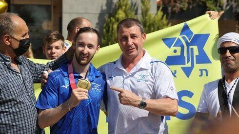 Artem Dolgopyat con su entrenador Sergey Weisbourg en el aeropuerto Ben-Gurion el martes.