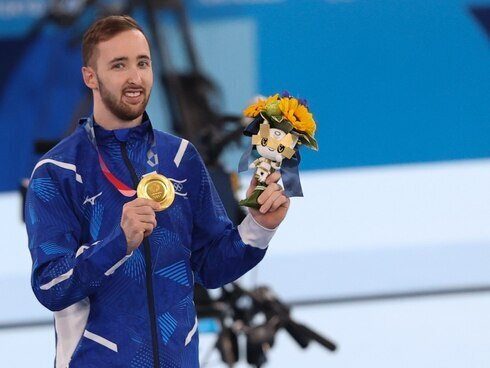 Dolgopyat exhibe su medalla de oro.
