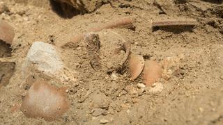 Restos de algunos objetos que se rompieron durante el terremoto ocurrido hace 2.800 años.