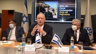 El ministro de Defensa, Benny Gantz (centro), y el ministro de Relaciones Exteriores, Yair Lapid (derecha), durante la conversación mantenida con los representantes de los países del Consejo de Seguridad de la ONU.