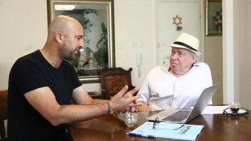 Menajem Jakubovitz con Avi Zeitan, propietario de una firma de consultoría estratégica.
