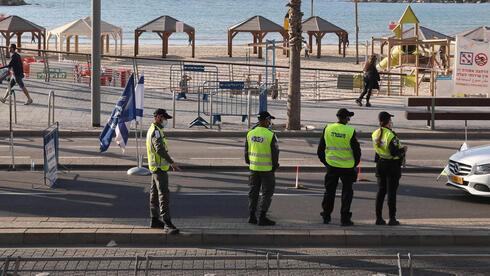 Policías controlan el cumplimiento de las directivas sanitarias en Tel Aviv a principios del 2021.