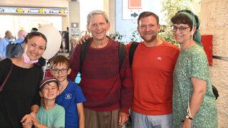 Emotivo reencuentro entre el profesor Soches y su familia en el Aeropuerto Ben-Gurion.
