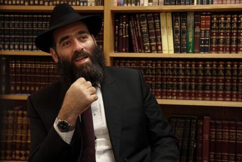El rabino jefe de Chipre, Arie Zeev Raskin, habla durante una entrevista en una sinagoga en la ciudad portuaria chipriota de Larnaca.