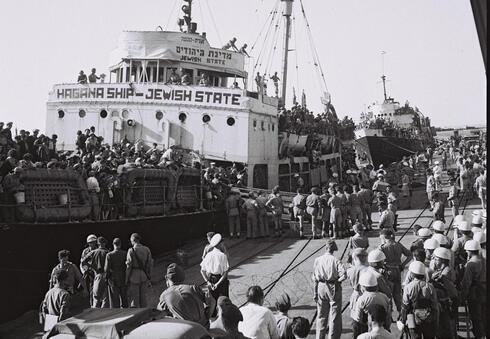 Barco anclado en el puerto de Haifa antes de ser deportado a Chipre, el 30 de octubre de 1947.