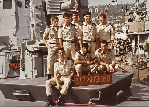 """El teniente general Yossi Nir (segundo desde la derecha de pie) en el """"INS Atzmaut"""" en los años 80."""