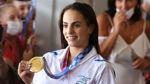 Linoy Ashram muestra su medalla de oro a su regreso a Israel.