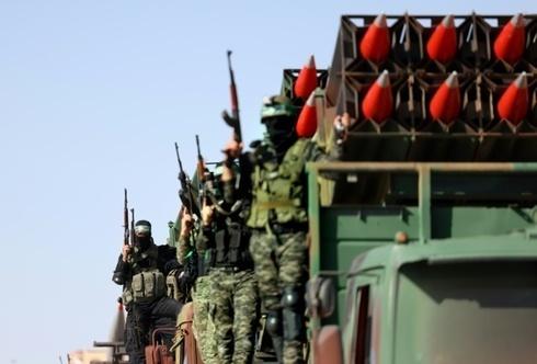 Desfile militar de Hamás tras el fin de los combates de mayo.en Ramat Gan tras el impacto de un cohete que dejó un muerto.