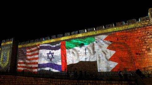 Las banderas de los Estados Unidos, Israel, Emiratos Árabes Unidos y Bahrein se proyectan en las paredes de la Ciudad Vieja de Jerusalem para marcar la firma de los Acuerdos de Abraham, septiembre de 2020.