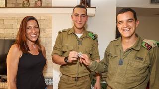 Smadar y Tomer Finkels junto al mayor Jen Turgeman.
