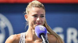 Camila Giorgi se dirige a los espectadores después de ganar el National Bank Open.