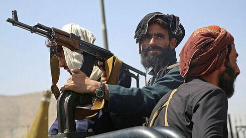 Combatientes talibanes en Kabul el lunes.