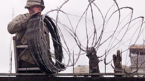 Un infante de marina estadounidense utiliza alambre de púas para proteger la embajada norteamericana en Kabul la semana pasada, mientras las fuerzas talibanes avanzaban hacia la ciudad.