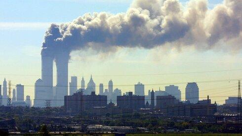 El World Trade Center en Nueva York arde después del ataque del 11 de septiembre de 2001.