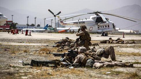 Los infantes de marina brindan seguridad en el aeropuerto internacional Hamid Karzai en Kabul.
