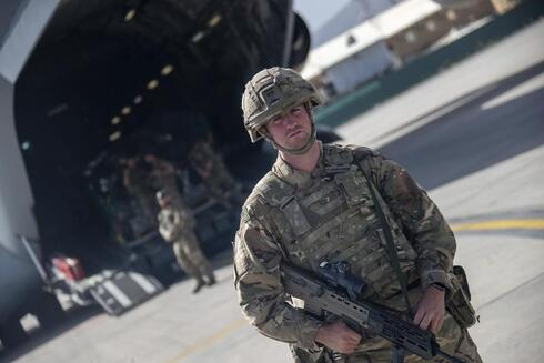 Un soldado estadounidense en el aeropuerto de Kabul.