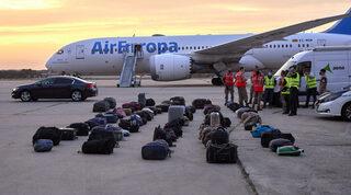 Equipaje de refugiados afganos en una base aérea de España.