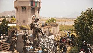 Soldados estadounidenses custodian el aeropuerto de Kabul.