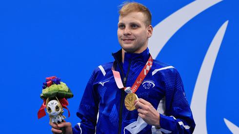 Mark Malyar muestra su segunda medalla de oro obtenida en los Juegos Paralímpicos de Tokio.