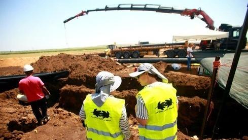 Ingenieros trabajan en el oleoducto Trans-Israel después del derrame de petróleo.
