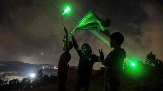Alborotadores palestinos en Beita utilizan punteros láser durante una manifestación contra el puesto de avanzada de colonos israelíes de Eviatar.