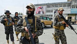Combatientes talibanes custodian el aeropuerto de Kabul.