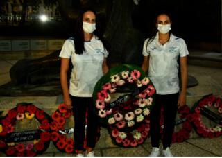 Deportistas israelíes colocan una de las coronas de flores.