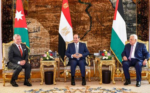 Los tres mandatarios, reunidos en la cumbre trilateral de El Cairo.