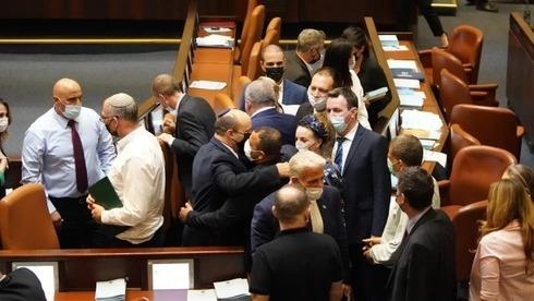 Los miembros de la coalición celebran en la Knesset la aprobación del presupuesto estatal 2021-2022 en la primera audiencia.
