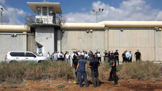 Policías israelíes fuera de la prisión de Gilboa.