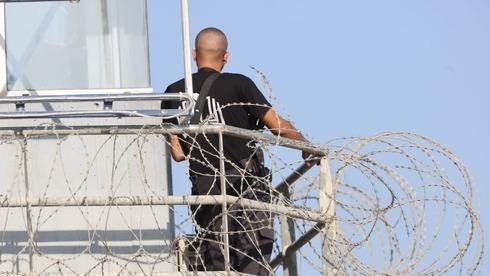 Un guardia de seguridad en la cárcel de Gilboa tras la fuga de los terroristas.