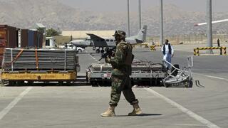 Un soldado talibán camina en la pista del Aeropuerto Internacional de Kabul.