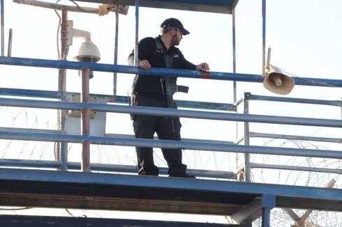 Un guardia de la prisión de Gilboa tras la fuga de los terroristas.