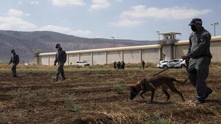 Fuerzas israelíes buscan a los terroristas tras la fuga.
