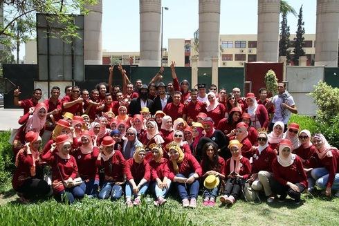 Asma Alatwi con un grupo de estudiantes en el día de su graduación.