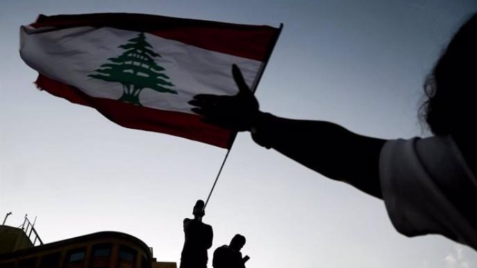 Manifestantes ondean la bandera nacional durante una protesta antigubernamental en el centro de Beirut.
