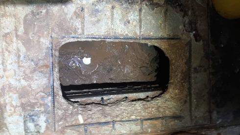 El pozo cavado en la prisión por el que huyeron los terroristas.