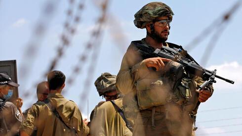 Soldados israelíes buscan a los terroristas en Cisjordania a los terroristas que se fugaron de una prisión de máxima seguridad.