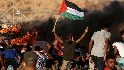Militantes palestinos participan de los disturbios de acoso a Israel en la frontera.