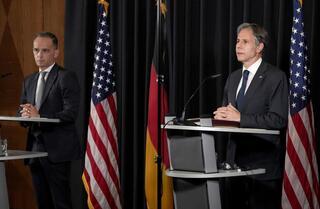 El secretario de Estado de Estados Unidos, Antony Blinken, a la derecha, y el ministro de Relaciones Exteriores de Alemania, Heiko Maas, hablan con los periodistas en Alemania.