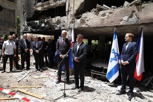 El entonces ministro de Relaciones Exteriores Gabi Ashkenazi visitando el lugar del accidente del cohete de Gaza junto con sus homólogos europeos, en mayo de este año.