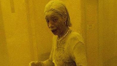 Marcy Borders, una mujer que fue fotografiada cubierta de polvo mientras huía del área del ataque a las Torres Gemelas, murió de cáncer 14 años después.